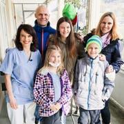 Mona Vetsch (links) mit Mattia (rechts) und seiner Familie. (Bild: SRF)