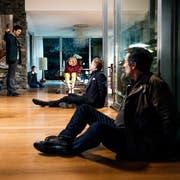Für einmal ist Mike Liebknecht (Mišel Matičević) am Drücker. Sogar Kommissar Flückiger (Stefan Gubser, rechts) ist im Moment machtlos. (Bild: Daniel Winkler/SRF)