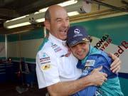 Peter Sauber umarmt seinen Fahrer Felipe Massa, nachdem dieser beim GP von Monaco 2004 den fünfen Platz erreicht hat. (Bild: Jimmy Froidevaux/Keystone (Monaco, 23. Mai 2004))
