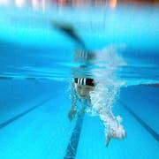 Beim modernen Schwimmen ist der Kopf unter Wasser. Darum ergibt eine Badekappe Sinn. (Bild: Urs Bucher)