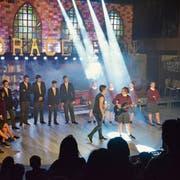 Die Schüler der Eschliker Abschlussklassen singen in der Bächelacker-Turnhalle unter anderem Welthits wie «We will rock you». (Bild: Christoph Heer)