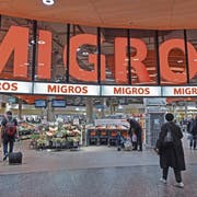 Eingang und Logo der Migros-Filiale am Flughafen Zürich. (Bild: Melanie Duchene/Keystone, Kloten, 17. Februar 2018)