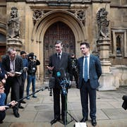 Brexit-Hardliner Jacob Rees-Mogg erklärt sich den Medien. (Bild: Dan Kitwood/Getty; London, 15. November 2018)