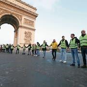 Die Gelbwesten blockierten am vergangenen Samstag die Strasse vor dem Arc de Triomphe. Bild: Michel Stoupak/Getty (Paris, 17. November 2018)