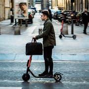 An jeder Strassenecke: Ein E-Scooter-Fahrer ist in der französischen Stadt Lyon unterwegs. (Bild: Nicolas Liponne/Getty)