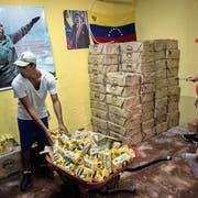 Die Mitarbeiter der Clap (Lokale Komitees zur Versorgung und Produktion) bereiten die Lebensmittelkartons für die Bevölkerung vor. Bild: Manaure Quintero/Getty (Caracas, 2. Juli 2016)