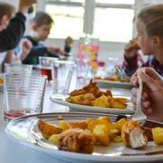 Am Hüttwiler Mittagstisch gibt es als Hauptgang Chicken-Nuggets, Brathärdöpfeli und Gemüse. (Bild: Mathias Frei)