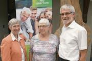 Geschäftsführerin ad interim Claudia Dillier und Stiftungsratspräsident Dominik Brun ehrten Theres Halter (Bildmitte). (Bilder: Primus Camenzind (Alpnach, 6. Juni 2018))