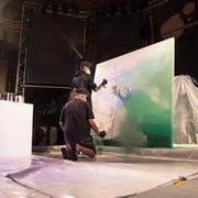 Kunst entsteht live: Das Brüderpaar One Truth bei der Arbeit im Pavillon am Luzerner Seebecken. (Bild: Manuela Jans-Koch, 20. Juli 2018)