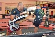 David Strupler trainiert mit Vincent Foschiani in seinem Kampfsportzentrum Bang Rajan an der Gaswerkstrasse. (Bild: Mario Testa)