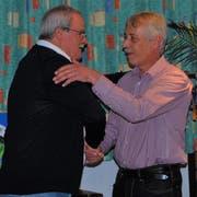 Ehre, wem Ehre gebührt: Clubpräsident Franco Chiani (links) gratuliert dem neuen Ehrenmitglied Hans Martin Bartholet. (Bild: PD)