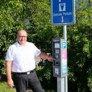 Stadtpräsident Thomas Birk bei einer der neuen zentralen Parkuhren in der Stadt, wo sich parkierende mit der Autonummer registrieren müssen. (Bild: Thomas Brack)