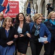Sarah Wollaston, Anna Soubry und Heidi Allen an der Seite der Ex-Labour-Abgeordneten Joan Ryan (von rechts) heute in London. (Bild: Chris J. Ratcliffe/Getty)