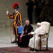 Die beiden Kirchenvertreter nehmen das spielende Kind mit Humor zur Kenntnis. (Bild: Gregorio Borgia (Rom, 28. November 2018))