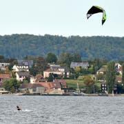 Ein Kite-Surfer mit seinem Lenkdrachen gleitet über den Untersee vor Berlingen. (Bild: Reto Martin)