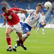 Thomas Häberli (links) während seines einzigen Länderspiels im Duell mit Roi Jacobson. (Bild: Markus Stücklin/Keystone, Basel, 4. September 2004)