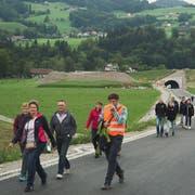 Zu Fuss auf der Umfahrungsstrasse – dies war am 25. August in Bütschwil möglich, denn die Gemeindeverwaltung und die Projektleitung luden die Bevölkerung zum «Tag der offenen Baustelle» ein. Ein ähnlicher Anlass hatte bereits 2016 stattgefunden. (Bild: Sascha Erni)