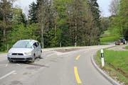 Die Situation nach dem Unfall auf der Rehetobelstrasse: vorne das demolierte Auto, hinten der Traktor mit dem umgedrehten Anhänger, dazwischen der Magerbeton auf der Fahrbahn. (Bilder: Stadtpolizei St.Gallen - 26. April 2019)
