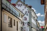 Das neue Wandbild am Maskenliebhaber-Haus am Löwengraben. (Bild: Pius Amrein, Luzern, 14. Mai 2019)