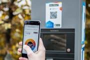 Neu in St.Gallen: Parkiergebühren können mit der Bezahl-App Twint beglichen werden. Im Bild wird gerade die Parkierdauer in der App eingegeben. (Bild: Stadtpolizei St.Gallen - 12. November 2018)