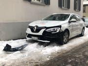 Das beschädigte Auto an der Gäbrisstrasse in St.Gallen. (Bild: Stadtpolizei St.Gallen - 4. Februar 2019)