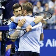 Wawrinka versucht Djokovic nach dessen Aufgabe zu trösten. (Bild: Keystone)