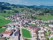Der Dorfkern von Mosnang heute: Wie wird er sich entwickeln und was wird mit der Filtex-Wiese (Bildmitte) geschehen? (Bild: Martin Lendi)