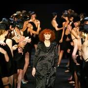 Bequem und dennoch stilvoll gekleidet: Sonia Rykiel an einer ihrer Modeschauen in Paris im Jahr 2004. Bild: Reuters