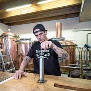 Andi Stöckli, Geschäftsführer der Braustation Sursee, bestimmt die Dichte des Biers. (Bild: Pius Amrein, 14. August 2018)