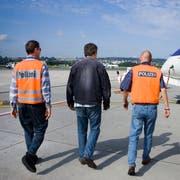 ARCHIV -- ZUM TAGESGESCHAEFT DER FRUEHJAHRESSESSION AM MONTAG, 4. MAERZ 2019, STELLEN WIR IHNEN FOLGENDES THEMENBILD ZUR VERFUEGUNG -- A Polish citizen who had been sentenced for theft in the canton of Berne is led by two policeman to the airplane which will bring him back to Poland, pictured on August 23, 2006 at the airport of Zurich in Kloten in the canton of Zurich, Switzerland. (KEYSTONE/Gaetan Bally)Zwei Polizisten begleiten am 23. August 2006 auf dem Flughafen Zuerich-Kloten einen wegen Diebstahls im Kanton Bern verurteilten Polen zum Flugzeug, welches ihn nach Polen zurueckschafft. (KEYSTONE/Gaetan Bally)