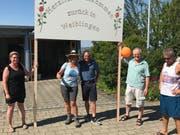 Jolanda Eichenberger (Mitte) wird Zuhause in Schönholzerswilen von Freunden und Gemeindepräsident Ernst Schärrer empfangen. (Bild: pd)