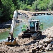 Beim Schulzentrum Grüenau in Wattwil wird die Verbauung auf dem linken Ufer der Thur repariert. Dafür wurde eine Baupiste mit einer «Brücke» angelegt. (Bild: Martin Knoepfel)