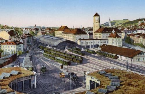 Blick vom «Neuhof» an der St.-Leonhard-Strasse über die Lokremise aufs Areal des «neuen» St.Galler Hauptbahnhofs. Das Ensemble aus Empfangsgebäude, Hauptpost und Gaiserbahnhof entstand von 1911 bis 1915. (Bild: Sammlung Reto Voneschen)