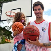 Ihr Ball ist noch etwas kleiner, aber die dreijährige Nuria eifert ihrem Papa Nicola Enrico Franco bereits nach. Diesem ist im neuen Basketballverein nicht nur der familieneigene Nachwuchs wichtig. (Bild: Manuel Nagel)