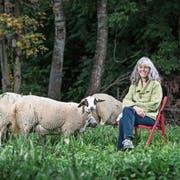 «Ich bin sehr direkt»: Monique Frey mit drei von ihr mitbetreuten Schafen bei sich zu Hause in Emmen. (Bild: Pius Amrein, 30. September 2019)