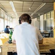 Blick in die Crypto Valley Labs in der Stadt Zug, wo Jungunternehmen aus der Blockchain-Branche Arbeitsplätze nutzen können. Bild: Alexandra Wey/Keystone (Zug, 19. April 2018)