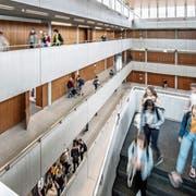 Blick in den Lichthof der Kantonsschule Alpenquai, das grösste Gymnasium im Kanton. (Bild: Pius Amrein, Luzern, 22. August 2019)