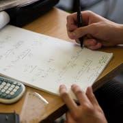 Ein Schüler löst Mathematik-Aufgaben auf einem Papier. (Symbolbild: Christian Beutler / Keystone)