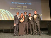 Ein Teil der Delegation der Jungen Wirtschafskammer Untersee-Kreuzlingen nimmt in Davos die Auszeichnung für den besten Tradeshow Stand entgegen. (Bild: PD)