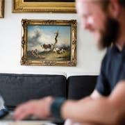 Der prächtige Rahmen ist lediglich Beiwerk: Das Ölgemälde von Friedrich Gauermann hat an einer Wand von Andreas Faesslers Wohnung einen Ehrenplatz. (Bild: Stefan Kaiser, Zürich, 4. Juli 2019)