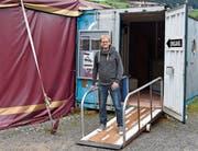 Der SP-Politiker Martin Sailer betreibt das Kleintheater Zeltainer in Unterwasser. (Bild: Ruben Schönenberger)