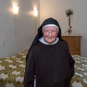 Schwester Maria Nicola Schmucki zeigt eines von sieben Zimmern, die das Stadtluzerner Frauenkloster St.Anna auf dem Gerlisberg für Gäste bereitstellt. (Bild: Pius Amrein, 30. Juli 2018)