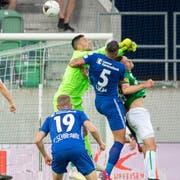 Nach dieser Aktion von St.Gallens Torhüter Dejan Stojanovic gegen Luzerns Lucas entscheidet der Schiedsrichter nach einer Intervention des VAR auf Penalty. (Bild: Urs Bucher)