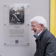 Stefan Graber von der Carl Spitteler-Stiftung (links) und Hauseigentümer Leopold Mantz enthüllen die Gedenktafel an der Bruchstrasse 20. (Bilder: Boris Bürgisser, Luzern, 15. März 2019)