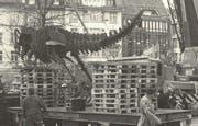 Die drei stählernen Saurier werden nach Ostern 1995 aus dem Grabenpärklein abtransportiert. (Bild: Sammlung Reto Voneschen)