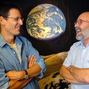 Die Schweizer Forscher Michel Mayorright und Didier Queloz (links) erhalten den Physiknobelpreis. (Bild: Laurent Gilliéron / Keystone, Versoix, 11. August 2005)