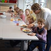 Seit rund zehn Jahren bietet die Schule Uzwil einen Mittagstisch an: in Uzwil, Niederuzwil und Henau. Das Angebot soll nun mit Betreuungsangeboten vor und nach den Unterrichtszeiten sowie während der Ferien erweitert werden. Standort der ausserschulischen Betreuung ist das Schulhaus Neuhof in Uzwil.(Bild: PD)