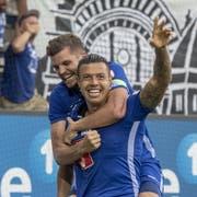 Die Luzerner Lucas Alves (vorne) und Pascal Schürpf feiern das Tor zum 2:2 beim Super League Meisterschaftsspiel zwischen dem FC Luzern und dem BSC Young Boys. (Bild: KEYSTONE/Urs Flüeler)