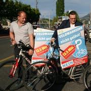 Velodemo mit abgeschlossenen Velos (von links): SVP-Präsident Dieter Haller sowie die Kantonsräte Pirmin Müller und Thomas Schärli. (Bilder: Roman Hodel, Luzern, 25. April 2019)