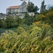 Fast schon das Stettfurter Wahrzeichen: Der Kran neben Schloss Sonnenberg. (Bild: Donato Caspari)